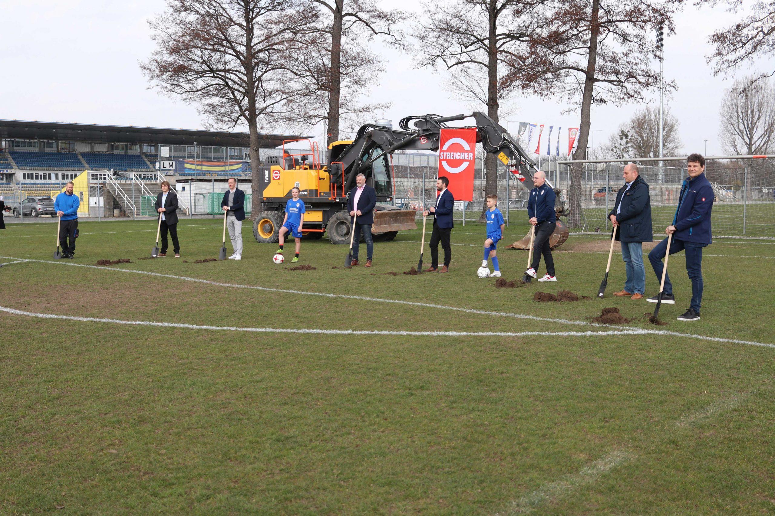 Spatenstich am neuen Rasenplatz der Ernst-Abbe-Stadions in Jena