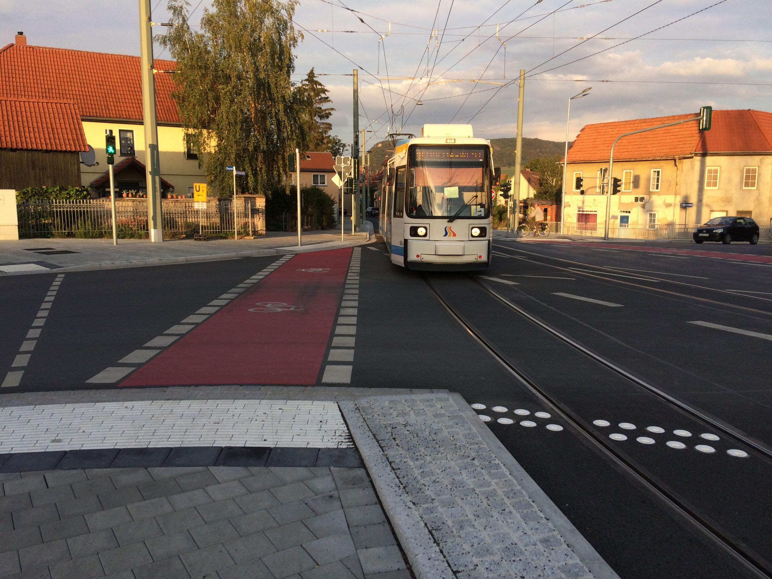 Straßenbahn in Jena auf dem Weg nach Zwätzen fährt entlang der neuen Gleisstrecke